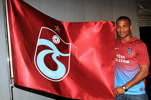 Malouda é apresentado no Trabzonspor da Turquia (Foto: Divulgação / Site oficial)