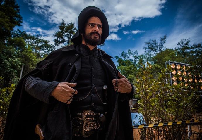 Julio Machado se prepara para entrar em cena como Clemente (Foto: Caiuá Franco/ Globo)