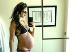 De biquíni, Behati Prinsloo exibe barrigão de 34 semanas de gravidez