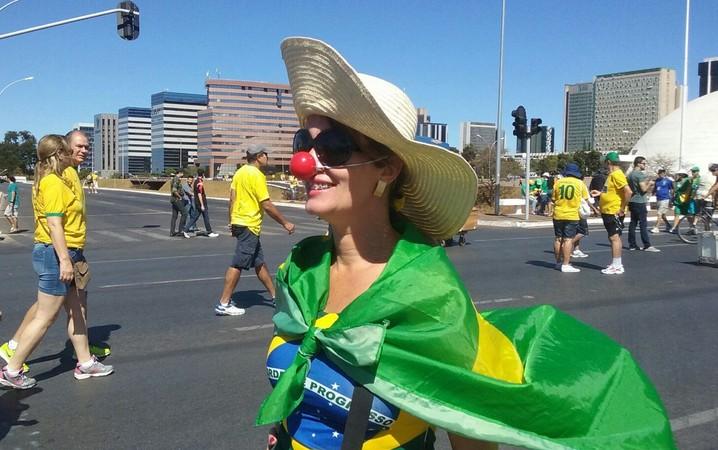Mulher vai à manifestação da Esplanada dos Ministérios com nariz de palhaço.