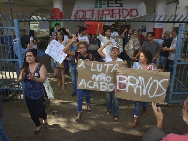 Manifestação em frente ao Ifes de Vitória após desocupação (Foto: Vitor Jubini/A Gazeta)