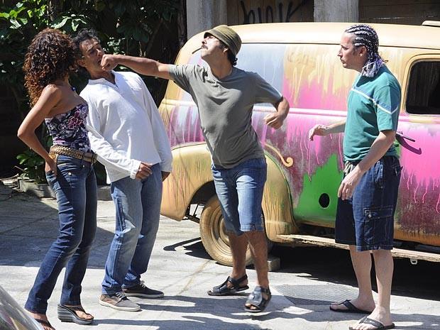 Mexeu com Penha, mexeu com Sandro! O malandro parte para cima de Gilson (Foto: Cheias de Charme / TV Globo)