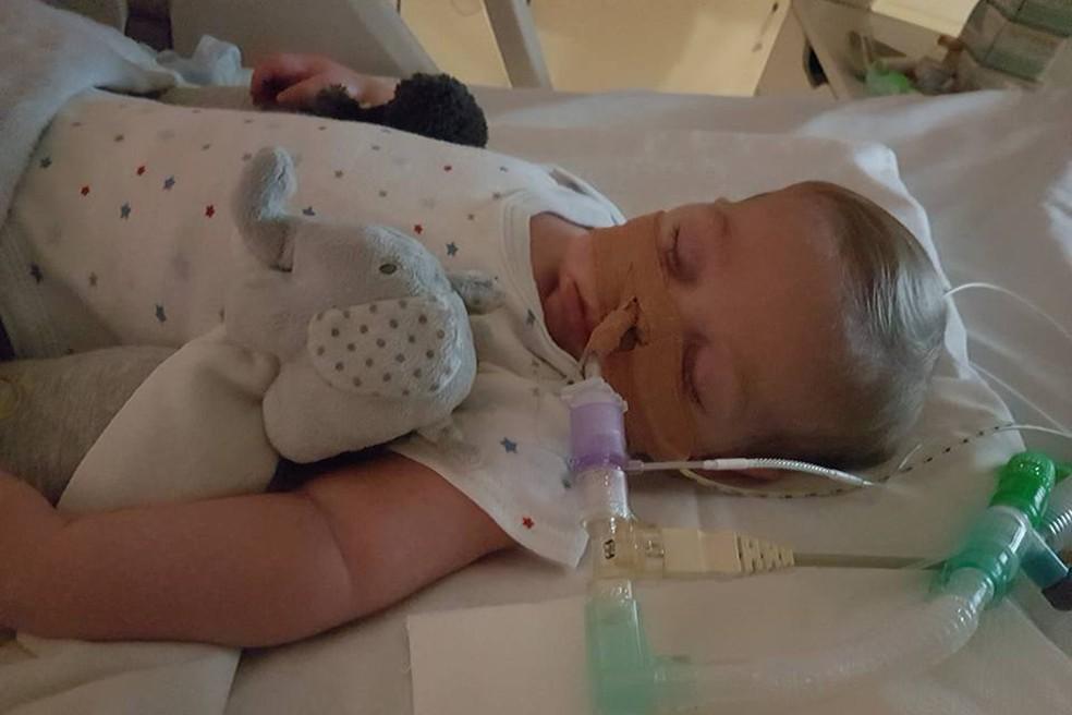 Doença causou surdez e impossibilita Charlie de chorar  (Foto: Reprodução/Facebook/Connie Yates)