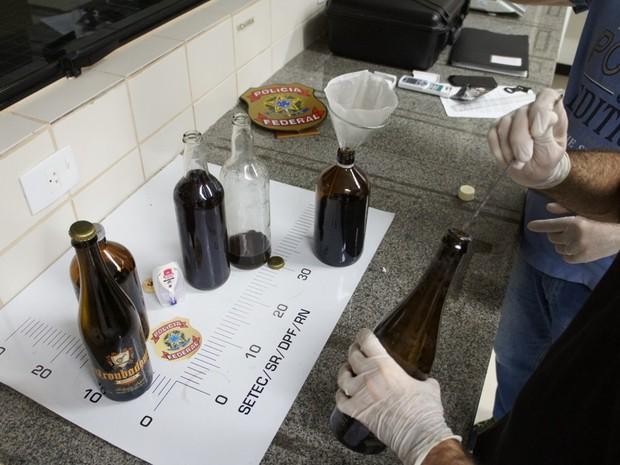 Droga sintética foi encontrada dentro de garrafas de bebidas (Foto: PF/Divulgação)