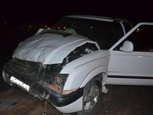 Nenhuma das três pessoas que estavam na caminhonete morreu. (Foto: MT Notícias)