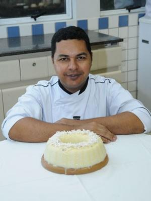 Chef Heleno Júnior ensina receita. (Foto: Divulgação/ Senac)