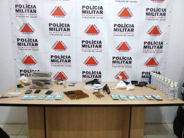 PM apreende cerca de 6 Kg de maconha, dinheiro, munições e armas em Caldas (Foto: Polícia Militar)