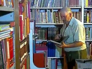 Seu Chicão morreu em novembro. Papeleiro, montou uma biblioteca e ajudava a comunidade (Foto: Reprodução/RBS TV)