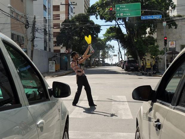 Semáforos foram escolhidos como palco principal de muitos malabaristas e mágicos. Wally Garret é um dos artistas que faz questão de se apresentar na rua (Foto: Marina Barbosa / G1)