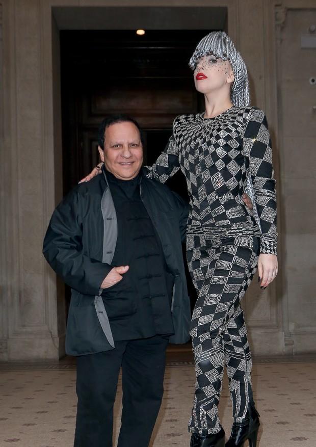 Azzedine com a cantora Lady Gaga no Palais Galliera, em janeiro de 2014, em Paris (Foto: Patrick Demarchelier, Peter Lindbergh, Sharok Hatami/Rex/shutterstock, Marc Piasecki/getty Images e Bertrand Rindoff Petroff/Getty Images)