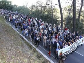 Moradores de Pierrefeu, na França, protestam neste sábado (8) contra a criação de um centro de recepção de imigrantes (Foto: AP Foto/Philippe Farjon)