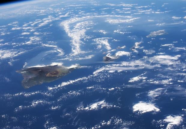 O vulcão Kilauea, no Havaí, é visto no lado esquerdo da imagem tirada pelos astronautas da Estação Espacial Internacional feita em fevereiro de 2015 (Foto: NASA)