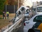 Após acidente, carro fica pendurado entre guard-rail e poste em Campinas