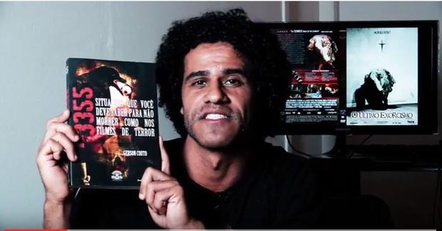 Gerson Couto com seu livro 3355 Situações Que Você Deve Saber Para Não Morrer Como Nos Filmes de Terror (Foto: Arquivo pessoal)
