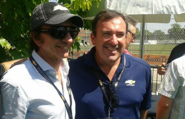 Presidente da Chevrolet posa ao lado de Emerson Fittipaldi (Foto: Divulgação)