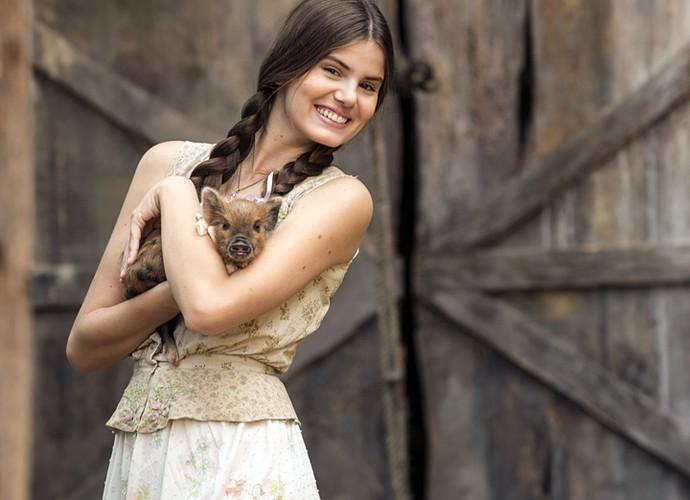 Camila Queiroz posa com a porquinha Lili nas gravações de 'Êta Mundo Bom' no Projac (Foto: Inácio Moraes/Gshow)