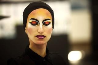 Prova de maquiagem Fause Haten (Foto: Iwi Onodera / EGO)