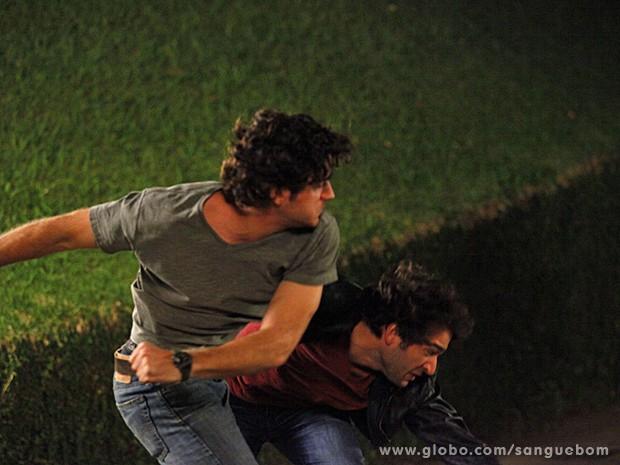Bento dá um sacode no bad boy e mostra que arrasa na luta (Foto: Sangue Bom/TV Globo)