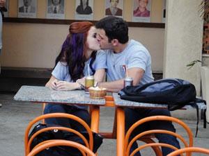 Ela beija o bad boy e Jeffinho vê (Foto: Malhação / Tv Globo)