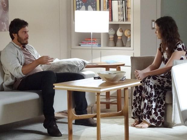 Gabriel conversa com Beatriz (Foto: Amor Eterno Amor / TV Globo)