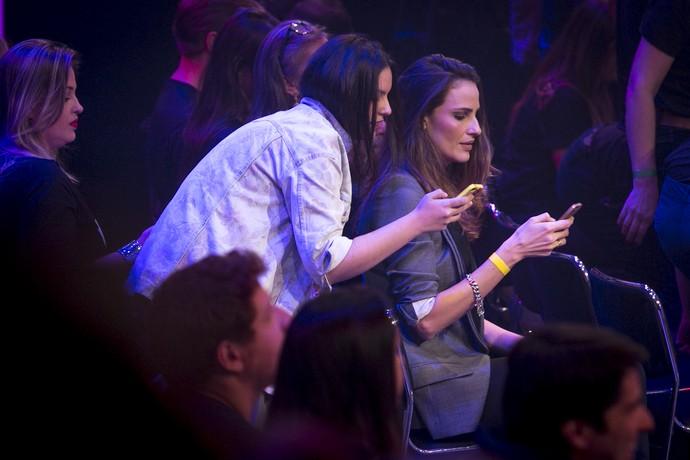 A modelo Fernanda Tavares ligada no celular  (Foto: Isabela Pinheiro/Gshow )
