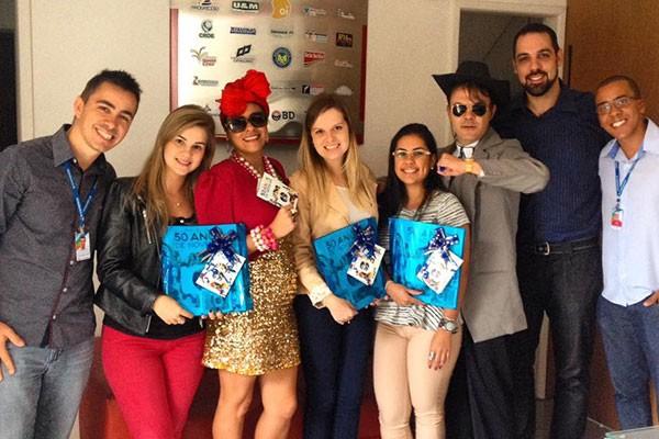 Casal de atores de Juiz de Fora na entrega do álbum de figurinhas. (Foto: Letícia Araújo)