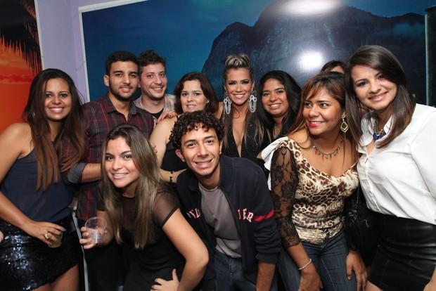 Fani posa com amigos e fãs (Foto: Anderson Borde/Ag News)