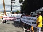 Grupo protesta contra fechamento de escolas em entrega da Ponte Pênsil