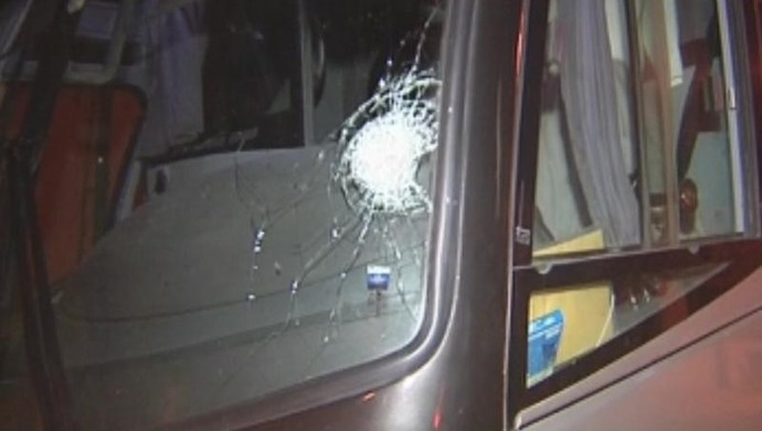 Ônibus do Independente, atingido por pedra (Foto: Reprodução / TV TEM)