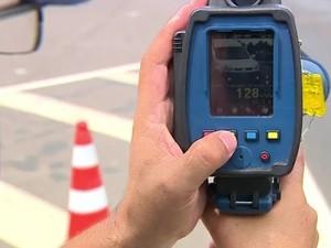 Policial mostra flagrante de motorista a 128 km/h (Foto: Reprodução/RBS TV)