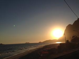 Banhistas aproveitam a praia no fim da tarde em São Conrado  (Foto: Káthia Mello/G1 Rio)