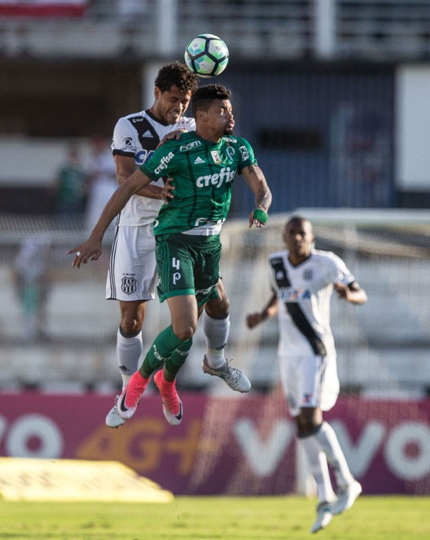 Juninho (Palmeiras) disputa bola com Elton (Ponte Preta), durante partida do Campeonato Brasileiro de 2017 (Foto: Ricardo Nogueira/Getty Images)