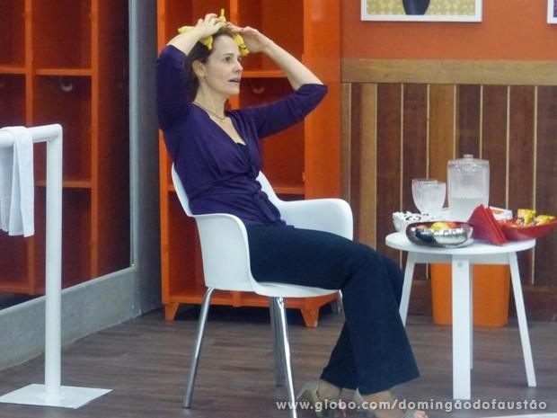 Bia Seidl brinca de incorporar Carmen Miranda (Foto: Domingão do Faustão/TV Globo)