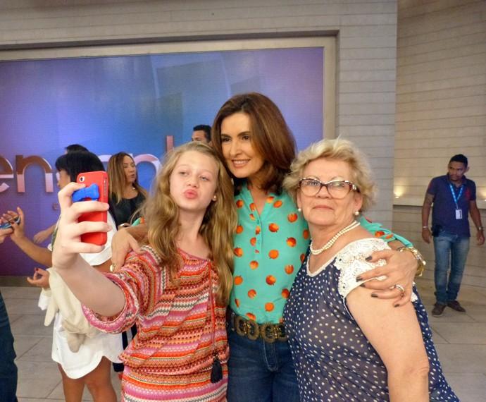 Convidadas tiram selfie com a Fátima (Foto: Viviane Figueiredo Neto/Gshow)