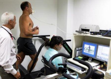 Foto Foto Dr Claudio Gil Arajo aplicando um teste de esforo