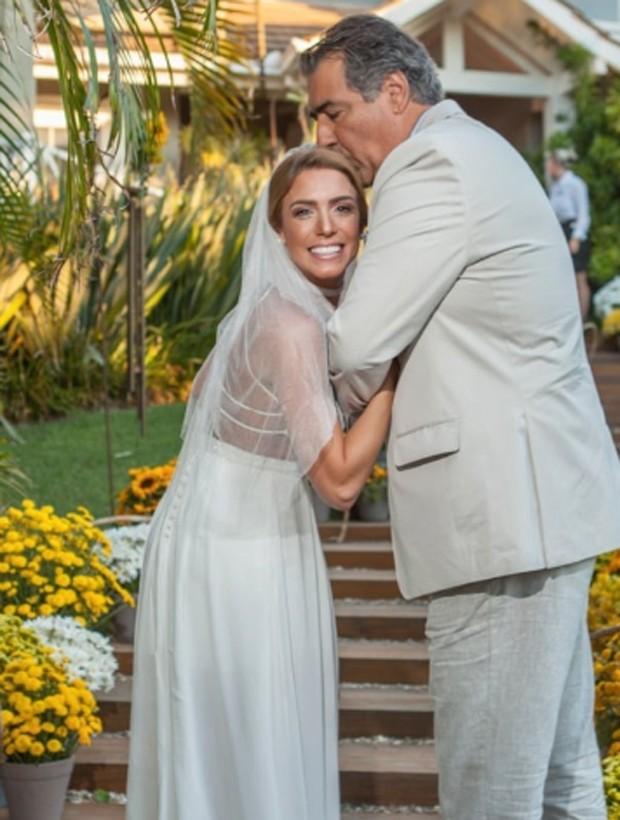 Momentos antes de caminhar ao altar, Bia Feres posa com o pai (Foto: Reprodução/Instagram)