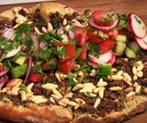 Pizza turca de carne moída com salada