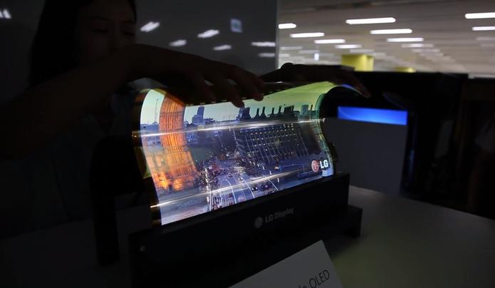 Vídeo mostra tela da LG sendo dobrada (Foto: Reprodução/Youtube)