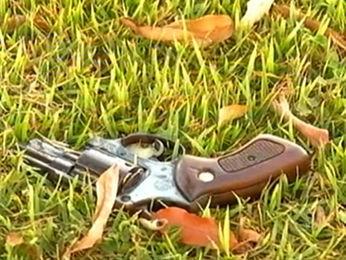 A arma do crime foi encontrada próxima ao Fórum de Alto Taquari (Foto: Reprodução/TVCA)