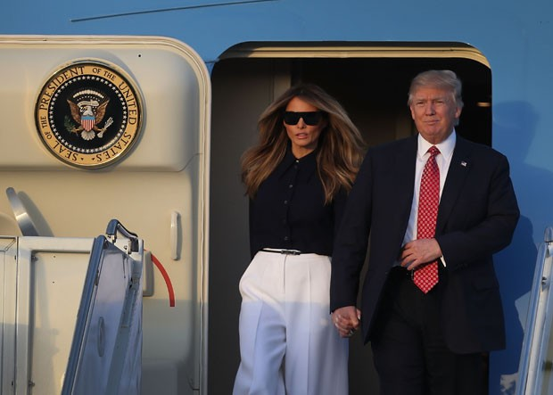 WEST PALM BEACH, FL - FEBRUARY 10:  President Donald Trump and his wife Melania Trump arrive on Air Force One at the Palm Beach International airport as they prepare to spend part of the weekend with  Japanese Prime Minister Shinzo Abe and his wife Akie A (Foto: Getty Images)