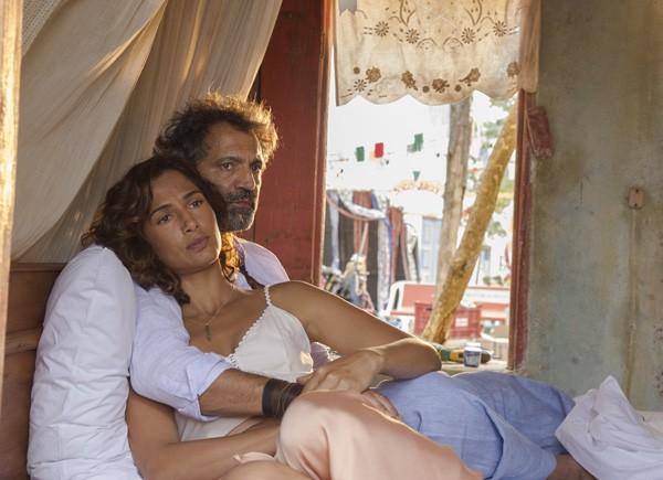 Domingos Montagner e Camila Pitanga fazem par em Velho Chico (Foto: Divulgação/TVGlobo)