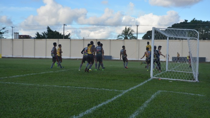Genus treina no ALuizão  (Foto: Lívia Costa)