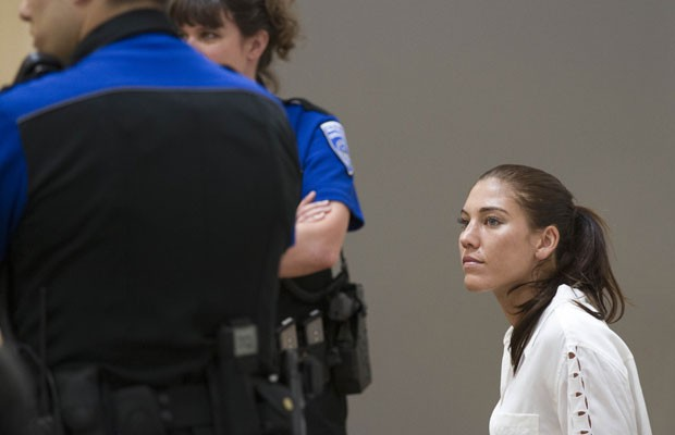 Hope Solo durante audiência na Corte municipal de Kirkland, no dia 23 de junho (Foto: AP)