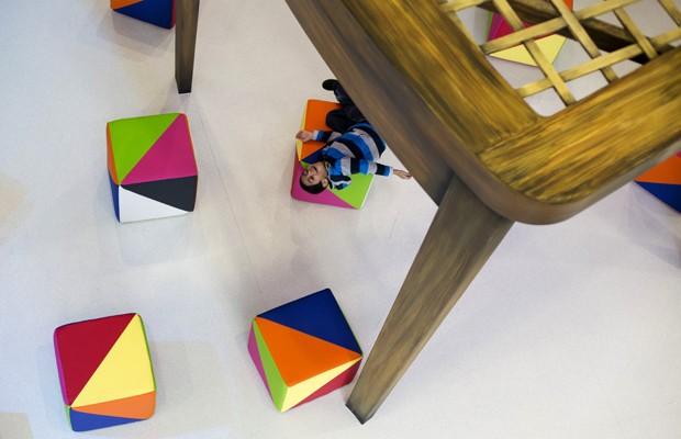 Objetos e móveis gigantes compõem o cenário da ala pediátrica, que inclui também uma simulação de 'toca do coelho', como no livro, e um jardim para contato com a natureza. O obejtivo é facilitar o tratamento de saúde das crianças, especialmente as que ficam internadas por longos períodos (Foto: Neil Hall/Reuters)