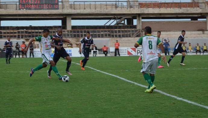Thiago Costa e Guilherme disputam bola no primeiro tempo (Foto: Michael Douglas/GloboEsporte.com)