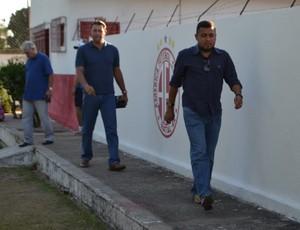 Roberto Fernandes, técnico do América-RN - Eliel Tavares, diretor de futebol do América-RN (Foto: Jocaff Souza/GloboEsporte.com)