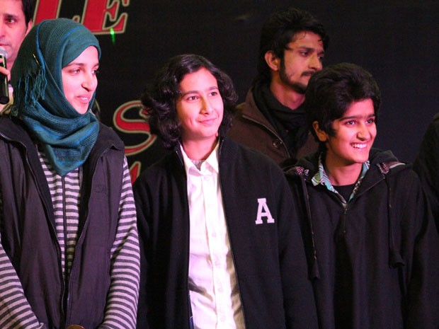 As três garotas integrantes da banda indiana Pragaash, que venceu uma batalha de bandas na Índia mas teve de encerrar atividades após suas canções serem consideradas 'indecentes' por líder relioso local (Foto: STR/AFP)