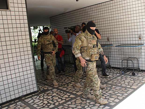 Policiais deixam prédio na Asa Norte com documentos apreendidos em apartamento' (Foto: Vianey Bentes/TV Globo)