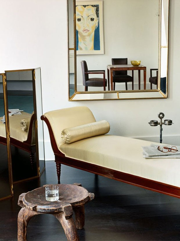 Décor do dia: chaise dourada e jogo de espelhos (Foto: Jen Fong/Divulgação)