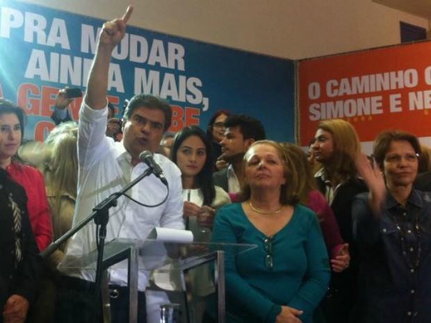 Nelsinho Trad ao lado da vice, a pastora Janete Moraes (dir.) (Foto: Gabriela Pavão / do G1 MS)